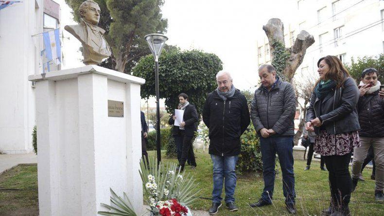 En el busto de Mariano Moreno ayer se celebró el acto por el Día del Periodista.