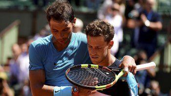 Nadal consuela a Schwartzman tras ganarle por 4-6, 6-3, 6-2 y 6-2.