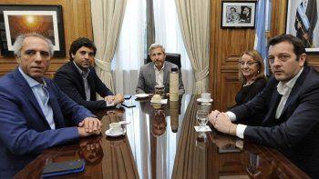 El ministro Rogelio Frigerio, junto a integrantes de su gabinete, recibió en su despacho a la gobernadora Alicia Kirchner y al titular de la cartera económicas principal, Ignacio Perincioli.