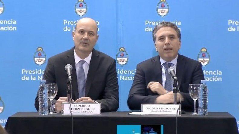 Federico Sturzenegger y Nicolás Dujovne anunciaron que el préstamo del FMI estará disponible a partir del 20 de junio.