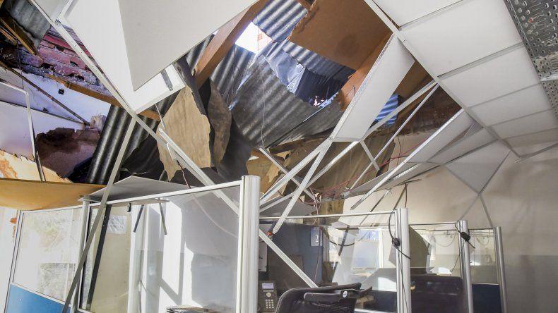 Un trabajador salvó su vida después que el techo de una sede de ANSeS se viniera abajo debido a la caída de una pared en construcción en un edificio contiguo.