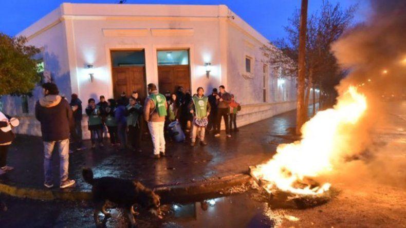 Fogatas y puertas bloqueadas en la Casa de Gobierno