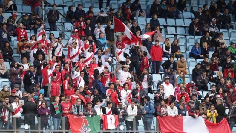 La selección de Perú se entrenó ante unos quinientos compatriotas