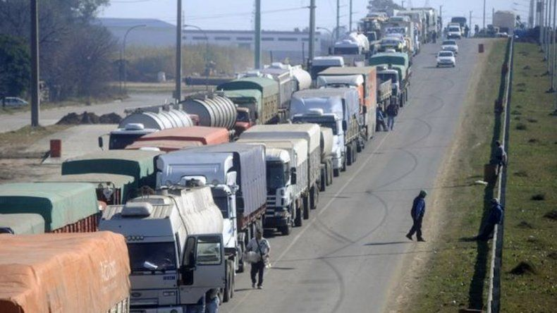 Empresarios buscan frenar el paro camionero