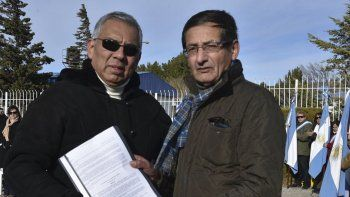 Jorge Soloaga le entregó copia de la resolución al periodista de El Patagónico, Carlos Napo Acosta, por la cual se le reconoce la cobertura realizada durante la gesta de Malvinas.