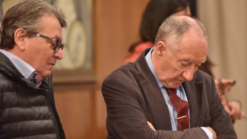 Víctor Cisterna junto a su abogado durante la audiencia de revisión de ayer.