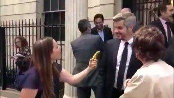 amenazan a la joven que le dio una banana al jefe de gabinete