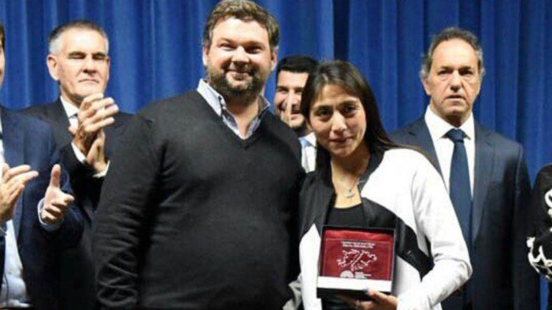 Karina Neipán al momento de recibir su reconocimiento.