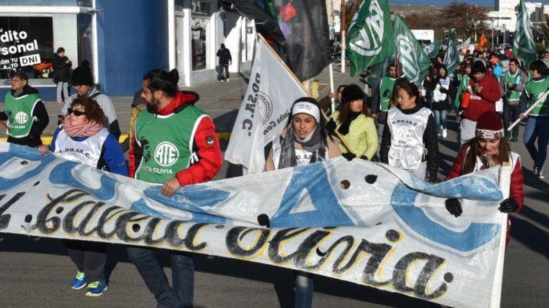 Afiliados a Adosac y a ATE fueron los principales protagonistas de la marcha de protesta de escasa convocatoria que se realizó ayer en Caleta Olivia.