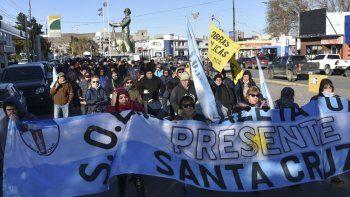 Parte de los trabajadores municipales que llevan adelante un paro de actividades, realizaron ayer otra marcha de protesta por calles céntricas.