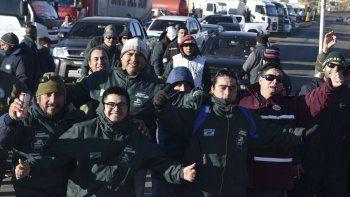 En Caleta Olivia, la masiva concentración de trabajadores camioneros se apostó en el acceso norte.