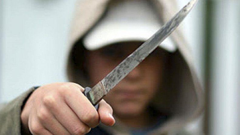 Amenazaba con un cuchillo a su  bebé para evitar que lo detuvieran