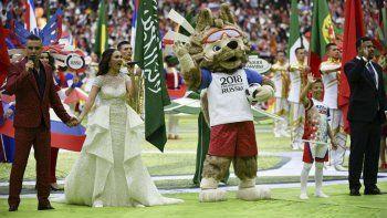 Robbie Williams, la soprano rusa Aída Garifullina y Ronaldo junto a la mascota que recibió la pelota de los pies del niño que está con el brasileño.