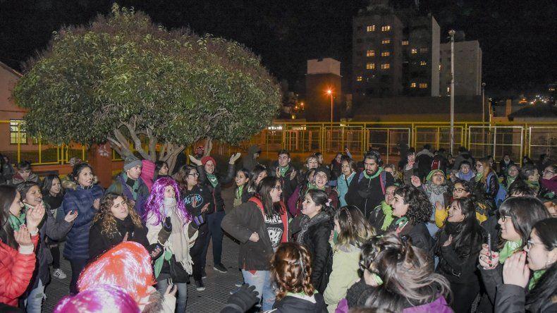 En Comodoro la media sanción al proyecto de despenalización del aborto se celebró ayer por la tarde con saltos y canticos en la plaza de la Escuela 83.