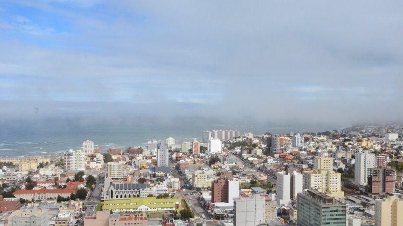 Viernes con cielo parcialmente nublado y máxima de 15°C