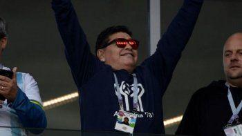 maradona, presente en el estadio de argentina-islandia con una remera muy especial