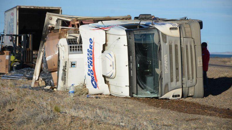El vuelco del camión con semi se produjo inmediatamente al sur del perímetro circundante al puerto Caleta Paula.