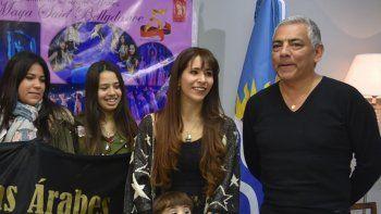 La profesora Mariana Espinoza, quien estuvo acompañada por varias alumnas en la reunión de despedida, fue felicitada por el presidente de la comisión de fomento, Jorge Soloaga.