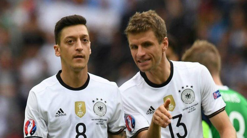 Mezut Özil y Thomas Müller son dos de los seis campeones en Brasil 2014 que presentará hoy Alemania desde el arranque.