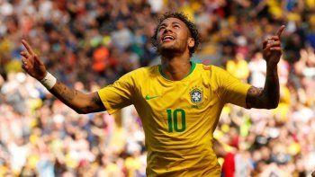 Neymar llegará al debut como titular en un 80 por ciento de su condición física, luego de someterse a una operación del quinto metatarsiano.