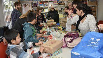 la federacion de comunidades extranjeras dono utiles escolares a la fundacion crecer