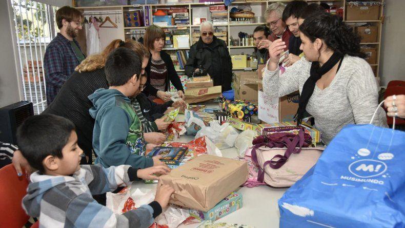 La Federación de Comunidades Extranjeras donó útiles escolares a la Fundación Crecer