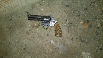 escapaba de la policia y le secuestraron un arma