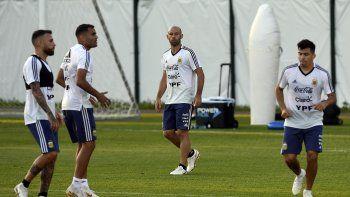 La selección argentina trabaja para el partido de mañana.