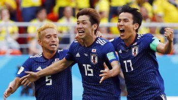 El delantero japonés Yuya Osako festeja el segundo gol, junto al defensor Yuto Nagatomo y el mediocampista Makoto Hasebe.