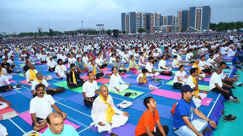 Una sesión de yoga reunió a 150.000 personas en la India y alcanzó el récord Guinness