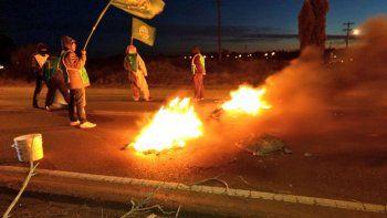 trabajadores de ate bloquean las rutas de acceso a rawson