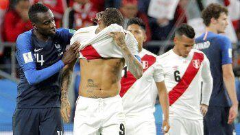 Paolo Guerrero se oculta con la camiseta y no hay consuelo para Perú.