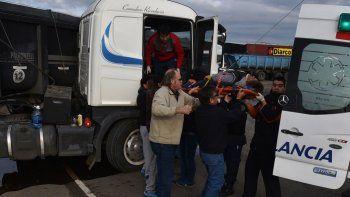 El conductor del Scania que se descompensó cuando circulaba por la rotonda del acceso sur de Caleta, fue asistido en la cabina por un equipo de emergencias médicas del Hospital Zonal. Choferes de otros camiones ayudaron a desplazar la camilla.