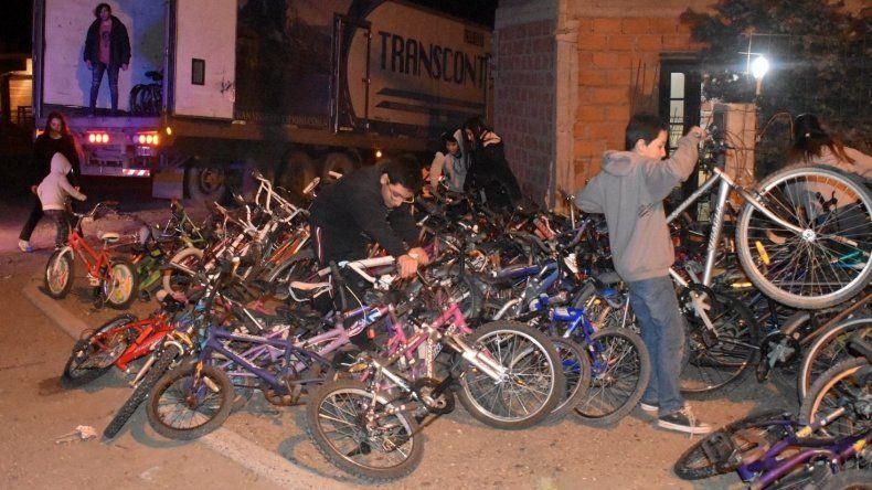 Las bicicletas de la campaña solidaria fueron cargadas el miércoles por la noche en un camión que ya está en viaje hacia la región de El Impenetrable.