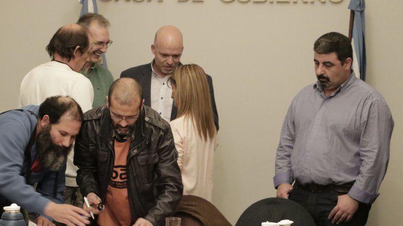 La firma del acuerdo con los gremios.