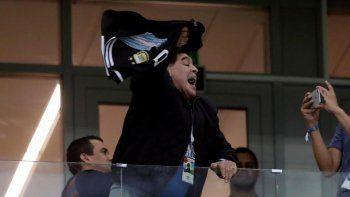maradona defendio a lionel messi