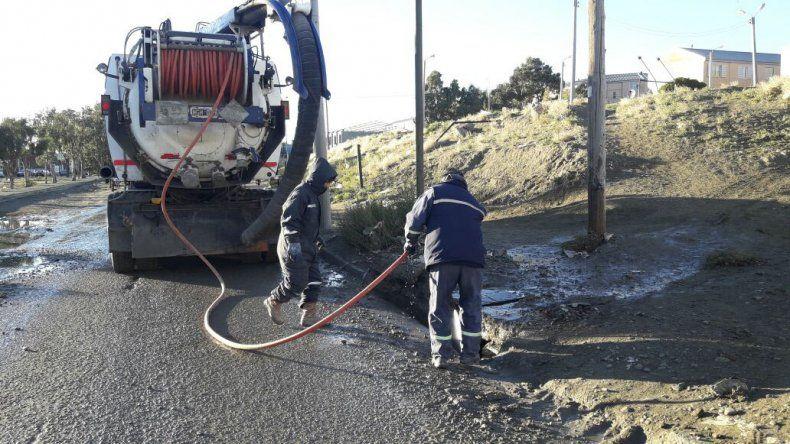 Intensifican tareas de limpieza  en los pluviales de Comodoro