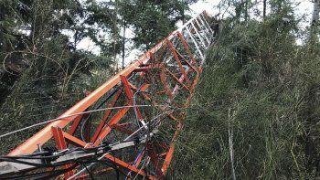 La torre fue derribada, lo que junto a la destrucción de equipos, afectó la transmisión de señales de televisión, telefonía e internet.