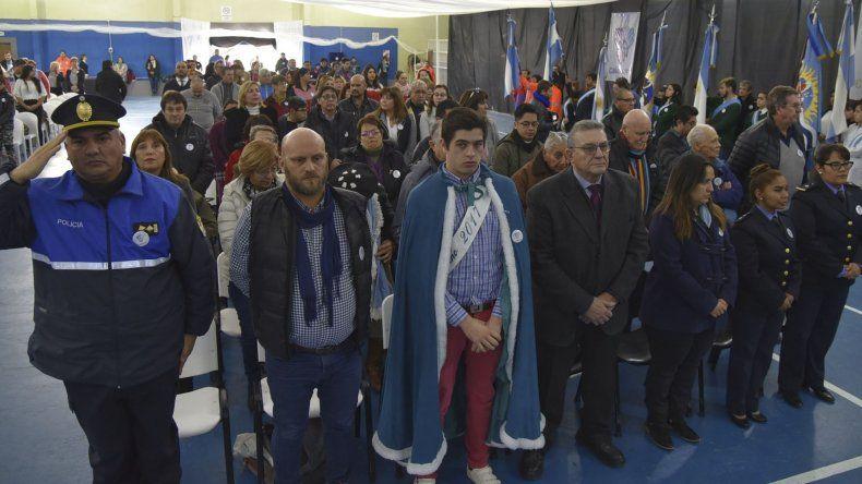 La ceremonia institucional se realizó en el gimnasio comunal y entre los invitados especiales asistió un ex intendente justicialista de Caleta Olivia