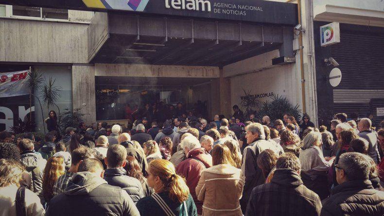 Ayer en el exterior del edificio de la Agencia Télam los trabajadores se reunieron en asamblea para rechazar los despidos masivos que ejecutará el Gobierno.
