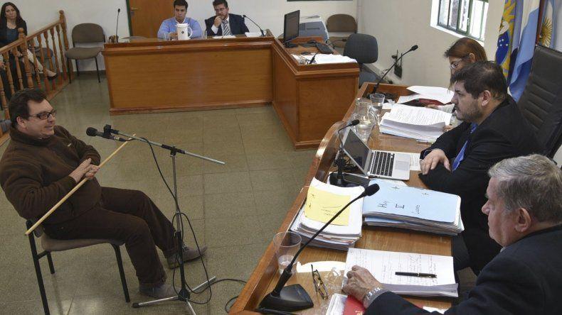 El médico forense Héctor Sosa fue el primero en declarar ayer como testigo de la parte querellante en el juicio que se ventila en la Cámara del Crimen de Caleta Olivia.