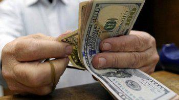 el dolar toca su mayor valor en un mes