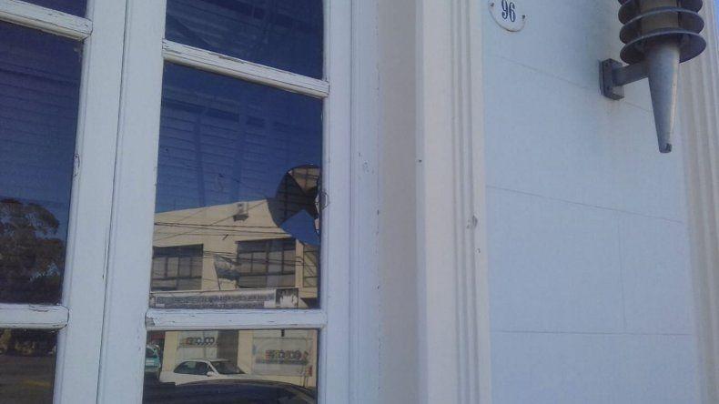 La manifestación docente dejó varios vidrios rotos en Casa de Gobierno.