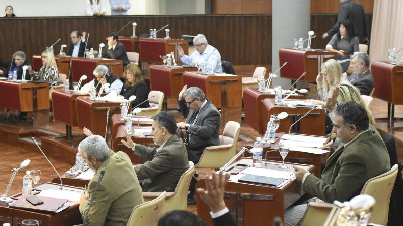 En la sesión de ayer de la Legislatura provincial se aprobó por unanimidad la ley de Emergencia Comercial por un plazo de 180 días.