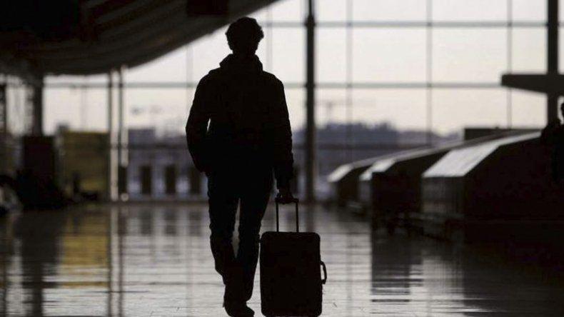 Además de subir el impuesto a los pasajes aéreos internacionales se aplicaría una tasa a las compras en el exterior.