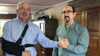 El presidente de Vialidad Provincial, Francisco Anglesio, saluda al coordinador de Asuntos Externos de YPF, Nicolás Gatti, tras a firma del convenio de contraprestación.