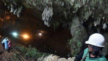 En Tailandia 12 chicos quedaron atrapados en una cueva