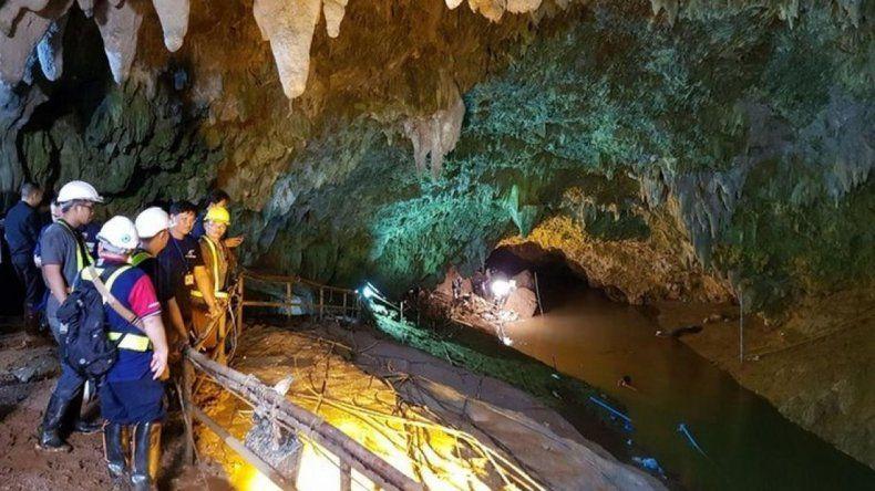 Hallaron a los 12 niños atrapados en una cueva