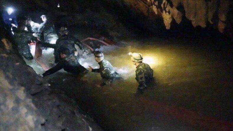 Hallaron con vida a los niños y su entrenador atrapados en una cueva en Tailandia