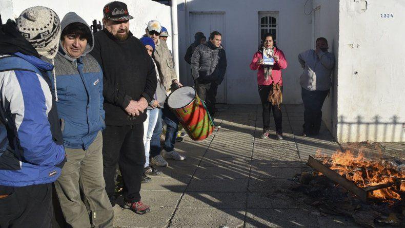 Un grupo de vecinas y vecinos realizaron ayer una protesta en el acceso a la sede local del Ministerio de Desarrollo Social de la Nación.
